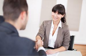 femme acceptant un candidat à l'emploi